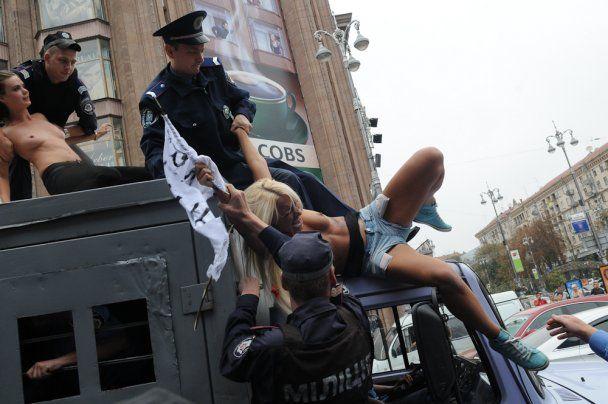 Оголені FEMENістки захопили автозак біля Печерського суду