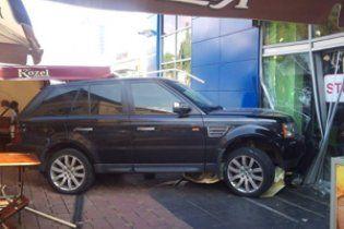 У Донецьку Range Rover зніс столик із людьми біля торгового центру