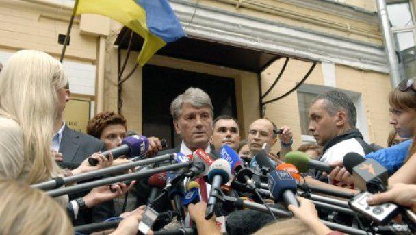 Под Печерским судом авто Ющенко закидали яйцами