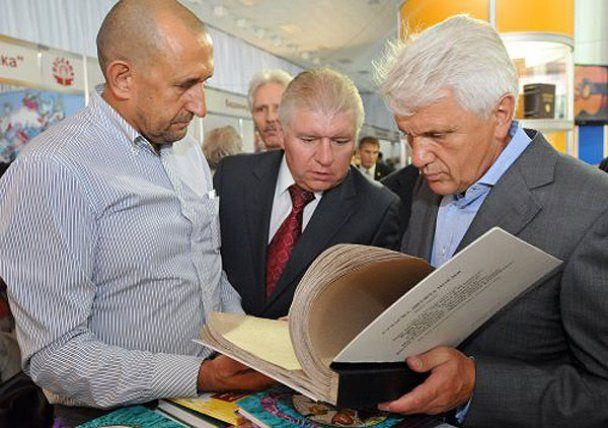 Премьер Николай Азаров взял в руки кисть и книги