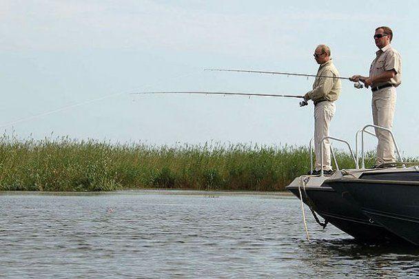 Мєдвєдєв і Путін ловили рибу на Волзі та пірнали разом