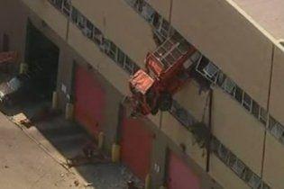 У США вантажівка протаранила стіну парковки і застрягла на 10-метровій висоті