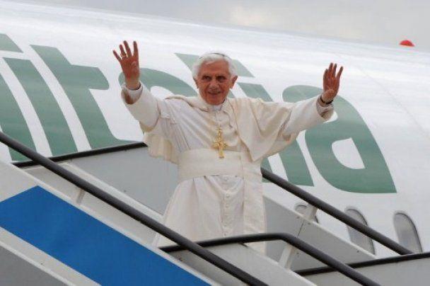 Папа Бенедикт XVI прибыл в Мадрид на фоне протестов