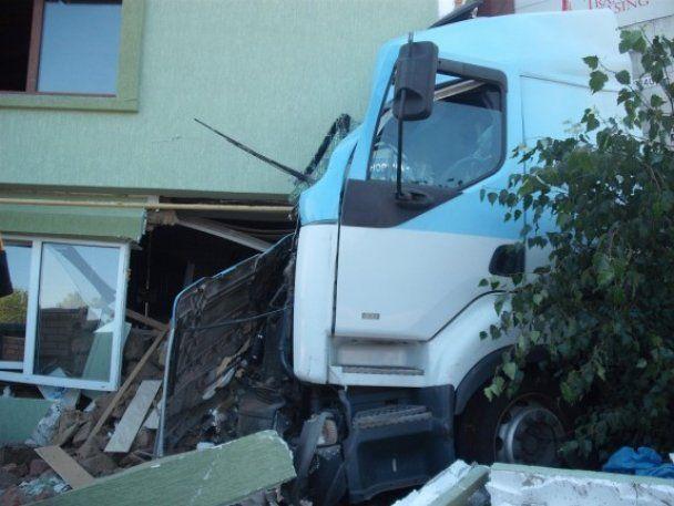 В Черновцах фура протаранила жилой дом