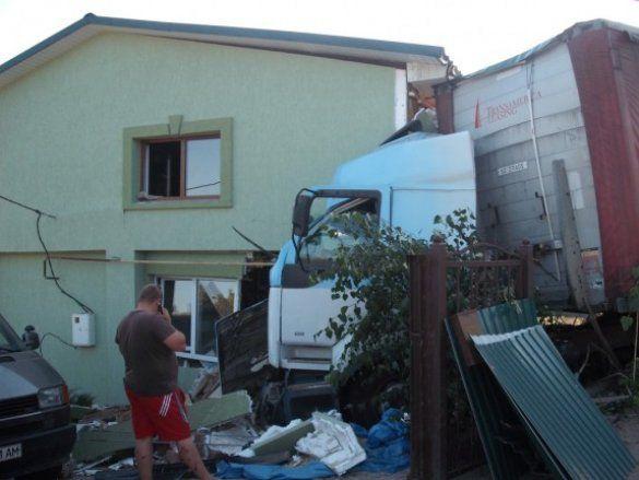 Вантажівка врізалася в будинок_7