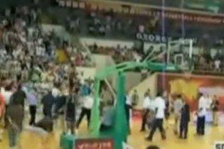 Баскетболісти США і КНР влаштували масову бійку на паркеті