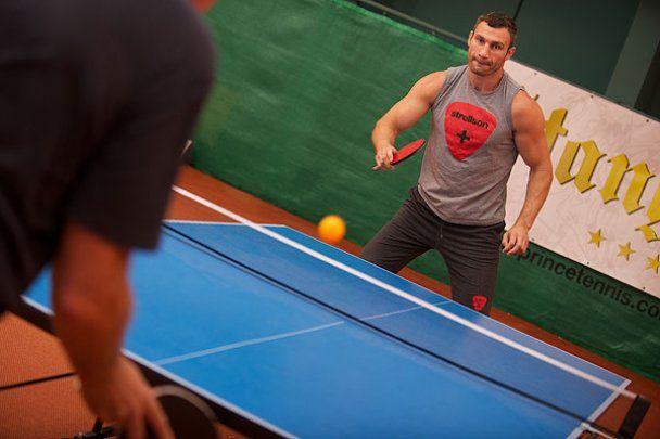 Виталий Кличко перед боем с Адамеком плавает и спаррингует