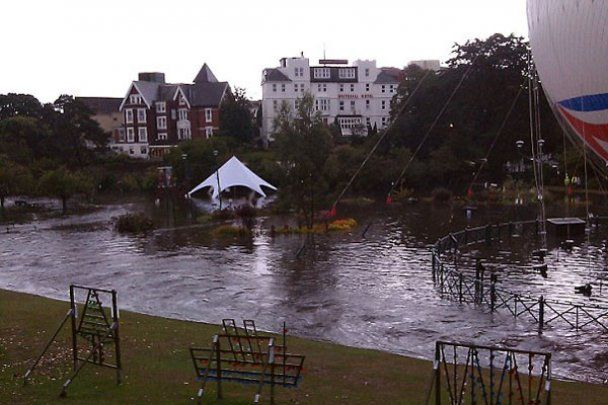 Мощный ливень за полчаса затопил британский город