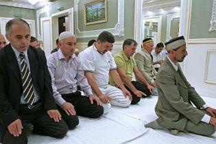 У Парижі мусульманам заборонили молиться на вулицях міста