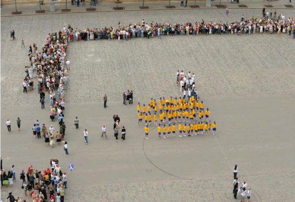 В Харькове регионалы развернули самый большой флаг в Украине