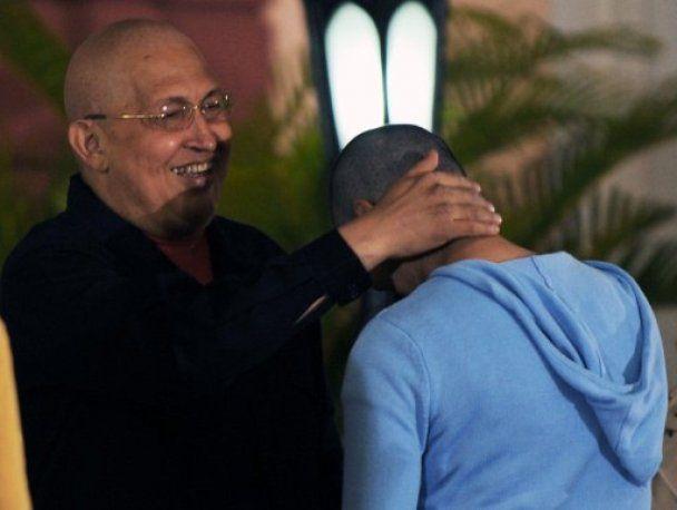 Прихильники Уго Чавеса на знак підтримки поголилися налисо