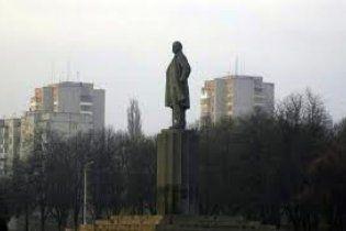 У Кременчуці дівчина обмалювала пам'ятник Леніну освідченням у коханні