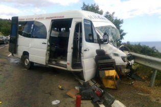 В Криму в ДТП з мікроавтобусом 2 людей загинули, 12 госпіталізовані