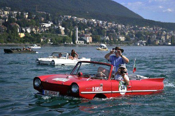 Зустріч любителів автомобілів-амфібій у Швейцарії