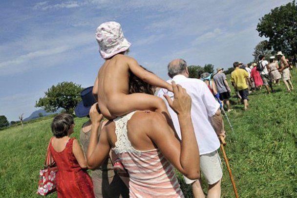 """Акция протеста """"Голые и стоячие"""" во Франции"""
