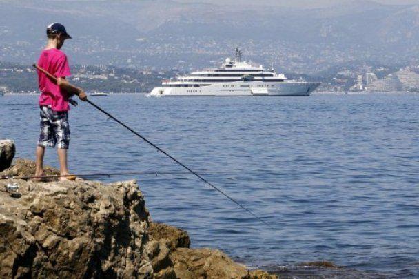 Яхта Абрамовича не помістилася в порту Антіба