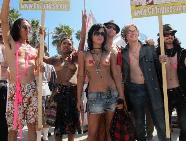Сотни женщин в США вышли на улицы топлес, требуя равных прав с мужчинами