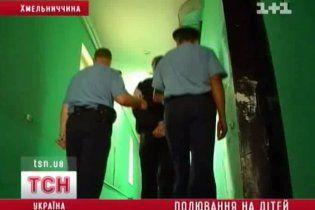На Хмельниччині міліціонери ледь встигли врятувати педофіла від лінчування