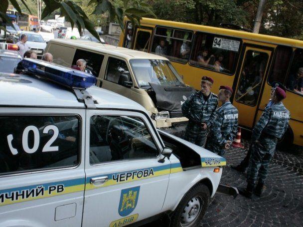 Во Львове автомобиль милиции врезался в микроавтобус: пострадал ребенок