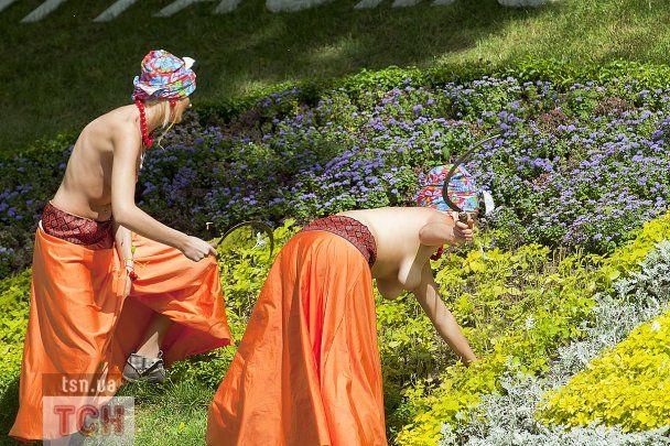 Оголені FEMENістки знищили газон під Кабміном