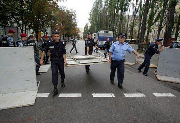 Сторонники оппозиции в Киеве покусали и избили шестерых милиционеров