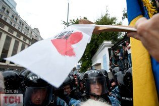 """Прихильники і супротивники Тимошенко влаштували """"мокру"""" бійку"""
