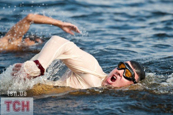 Тягнибок у вишиванці переплив Дніпро за 20 хвилин