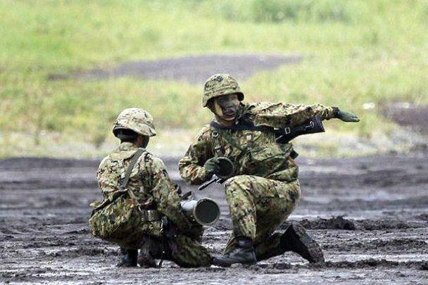"""Взрослые """"войнушки"""" вблизи Фудзиямы в Японии"""