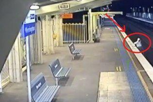 13-річний хлопчик дивом вижив, потрапивши під швидкісний потяг (відео)