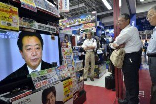Власти Японии начали повышать налоги с сокращения своей зарплаты