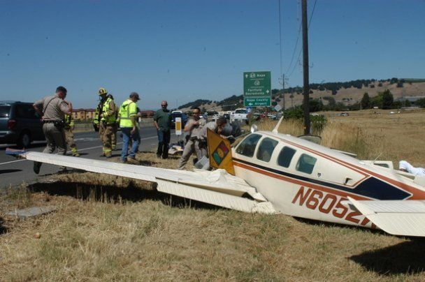 Самолет сел на шоссе в Калифорнии и столкнулся с автомобилем