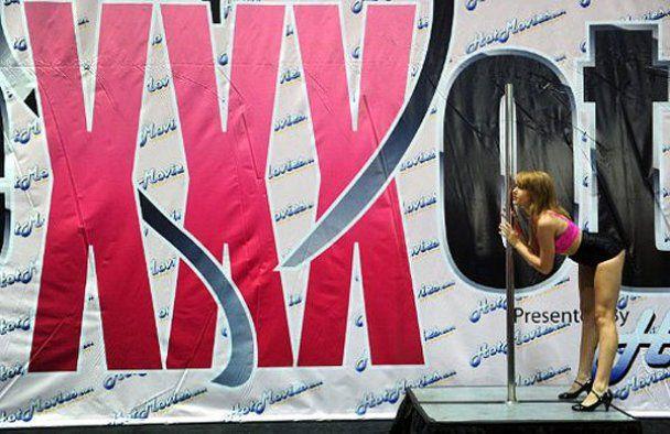 """В США проходит """"взрослая выставка"""" Exxxotica Expo 2011"""