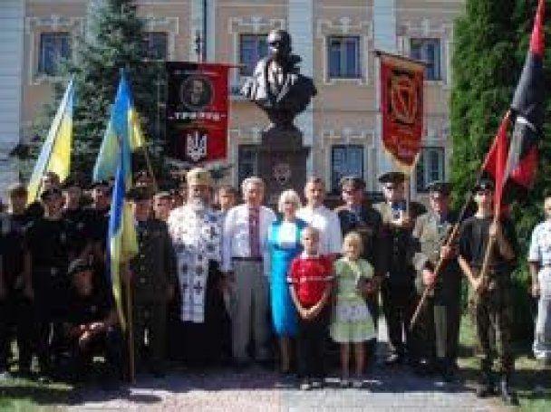 В Україні з'явився ще один пам'ятник Бандері