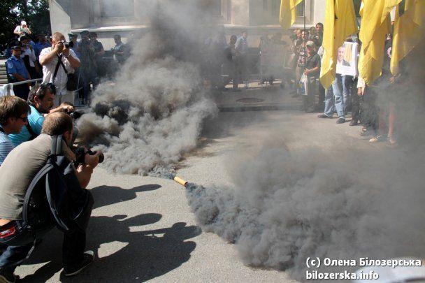 Адміністрацію президента в Києві закидали димовими шашками