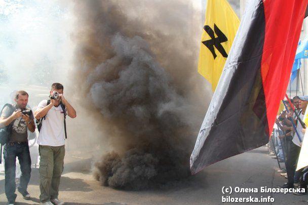 Администрацию президента забросали дымовыми шашками