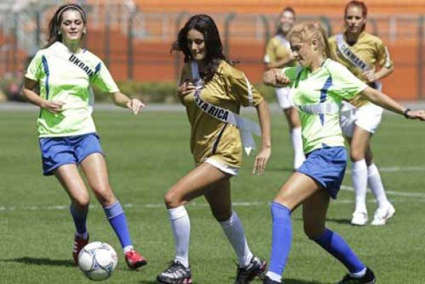 Королеви краси провели гламурний футбольний матч