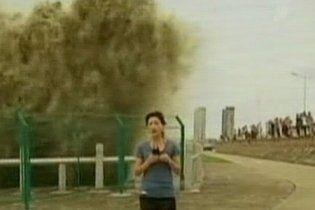 У Китаї 20-метрова хвиля накрила журналістку, яка робила сюжет про тайфун (відео)
