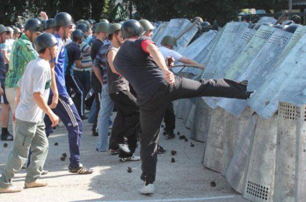 Спецназ в Криму кийками розігнав порушників порядку