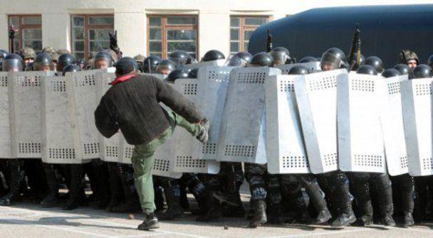 Спецназ в Крыму дубинками разогнал нарушителей порядка