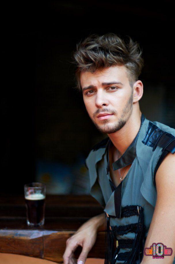 Алан Бадоєв змусив українок голитися налисо та їсти тарганів