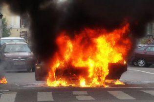 В Одесі іномарка згоріла вщент посеред дороги