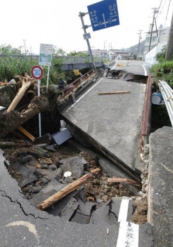 """Тайфун """"Талас"""" в Японії взяв у полон тисячі людей"""