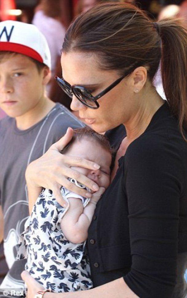 Папарацци открыли охоту на новорожденную дочь Бэкхемов