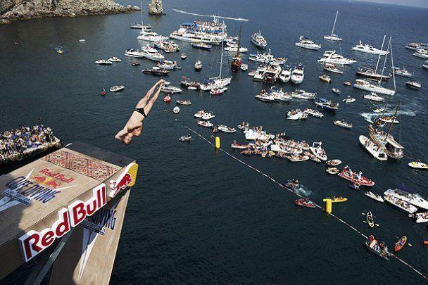 Стрибуни у воду літали з 27-метрової вежі на змаганнях в Ялті