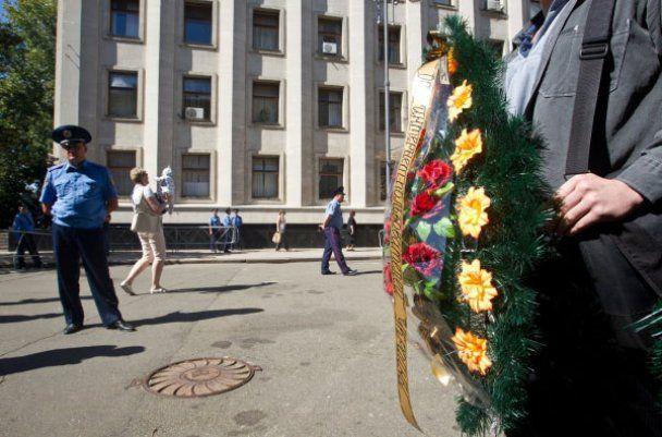 """""""Чорний комітет"""" приніс на Банкову вінок для Януковича"""