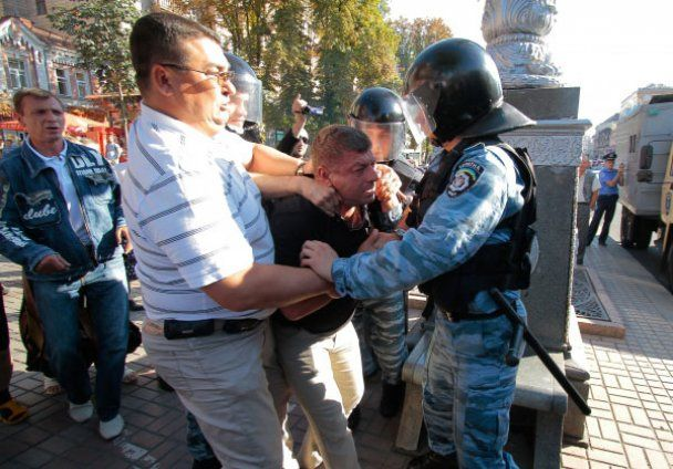 """Оппозиция подралась с """"Беркутом"""", который сносил палатки на Крещатике"""