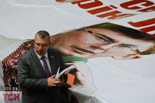 Луценко у вишиванці заважає депутатам натискати кнопки