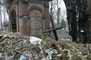 Київ заполонили чутки про розтерзані тіла дівчаток на кладовищі