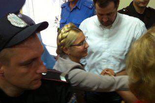 Тимошенко захватила на суд дочь и священника