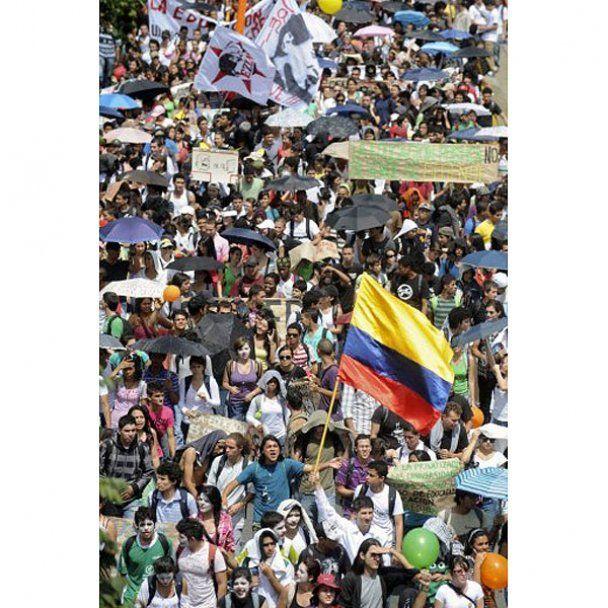 Марші студентів у Колумбії закінчились масовими сутичками з поліцією